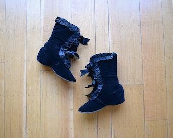 Victorian carriage boots . antique black velvet boots . 5.5 6