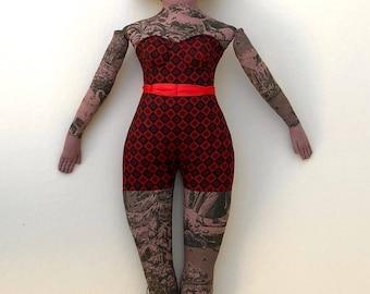 Tatoué Lady doll sinueuse cirque rétro toile en peluche rouge foncé noir