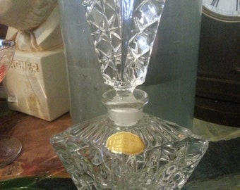 Gorgeous vintage crystal perfume bottle, stunning design and pretty cut crystal look, excellent condition, wonderful for your collection