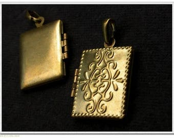 Brass - Metal - Floral charm Locket - 20 beads