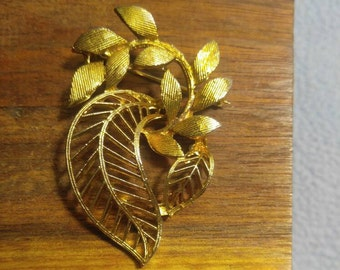 Lisner Beautiful Goldtone Brooch of Textured Leaves and a Flourish