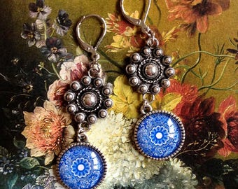 Earrings with Zeeland knot and ' Delft Blue '. ' Oudzilver ' Holland.