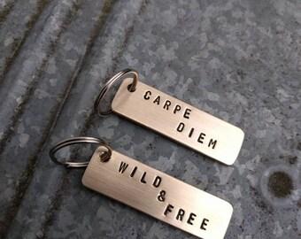 HANDMADE messing sleutelhanger met tekst, carpe diem of wild and free (OP VOORRAAD). Ook custom te bestellen met eigen tekst.