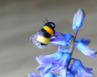 Needle felted bumblebee, Realistic bee decoration, Gift for bee lovers, Gift for nature lovers, Bumblebee ornament, Felted bee