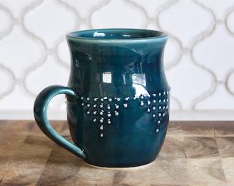 Tasse en grès Extra Large en Deep Sea bleu - Design géométrique Dot - à la main levée 16 oz - prêt à expédier