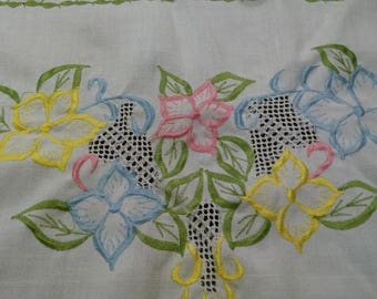 Vintage Tablecloth and Napkins /  Retro Tablecloth /  Floral Design  / Machine Embroidered  / 68 inch Round / Vintage Table Linens