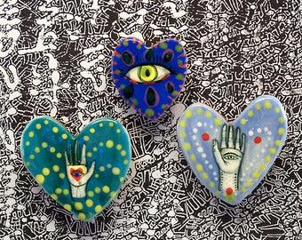 Deux grands et un petit coeur en forme d'aimants pour réfrigérateur par Jenny Mendes juste à temps pour la Saint Valentin