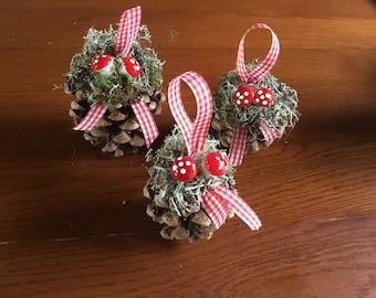 Christmas decoration: set of 3 pine cones