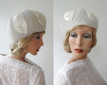 White 50s Vintage Hat // Plastic And Bast // Lined // Size 55