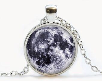 Glas-Anhänger mit dem Mond. Planet-Halskette. Kosmos Schmuck Geburtstagsgeschenk