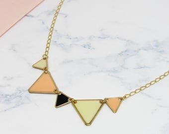 Collier géométrique triangles émaillés en laiton couleur crème et saumon