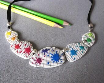 Cadeau maîtresse: Collier taches de peinture multicolores, taches arc en ciel sur cahier d'écolier,  pâte polymère fimo, bijou maîtresse