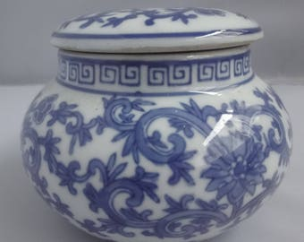 Small Chinese storage jar with lid  in traditional blue & white  height 9.5cm