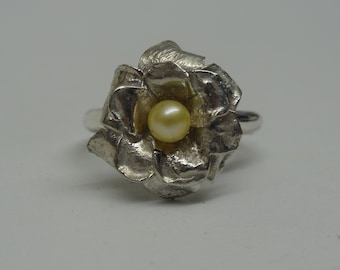 Silver ring with flower and freshwater pearl