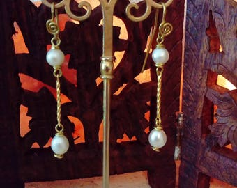 Viridi Anulos. Reproduction of ancient Roman earrings, in brass and freshwater beads.