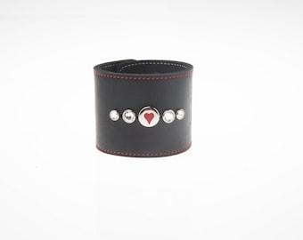 """2-1/2""""(63 mm) breit schwarz Leder Armband mit echten Swarovski Crystal Red genäht Grenze Band & Red Heart Stud Manschette Armband Armband"""