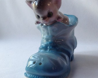 Mouse with shoe salt and pepper shaker set