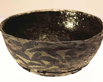 Grande ciotola nera portafrutta, fondo intreccio. Ecodesign elegante, per arredare la tua cucina. Ottimo regalo di nozze. Arte di cartapesta
