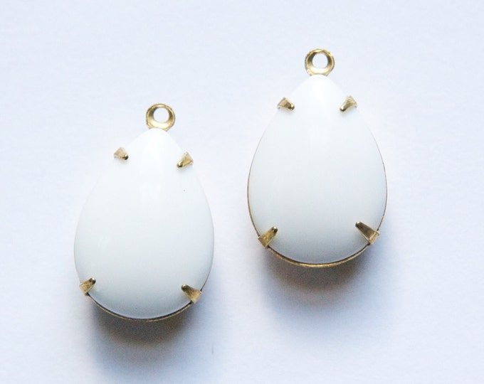 Vintage Opaque White Glass Teardrop Stones 1 Loop Brass Setting 18x13mm par004LL