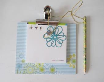 Bloc de notas con lápiz azul y verde