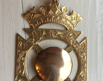 9 k gold crowned pendant
