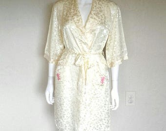 Very pretty VTG Creme demask floral Asian characters satin robe / wrap  Sz xs small