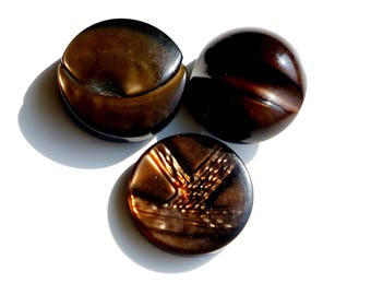 Set of three pretty buttons vintage beige Brown 26 mm and 27 mm in diameter.