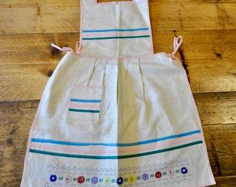 Vintage Apron, 1940s Apron, Girls Apron, Girls Vintage Apron, Embroidered Apron, Girls Vintage Pinafore, Vintage Pinafore
