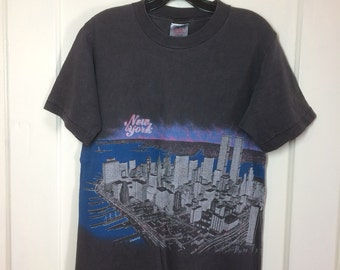 1987 New York City NYC Skyline wraparound print World Trade Center Twin Towers pink sunset T-shirt size Medium 18x26 faded black all cotton