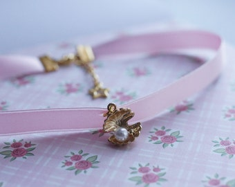 Clampshell with a Pearl Sweet Lolita Choker