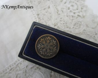 Antique  button 1900 for the collector