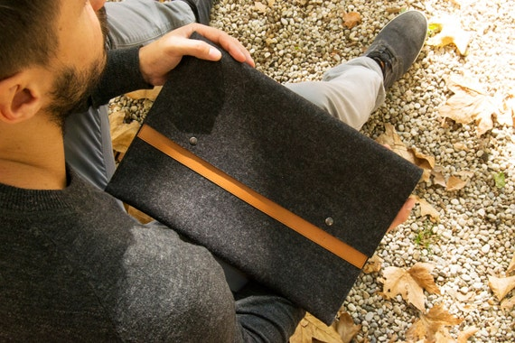 Felt and leather MACBOOK SLEEVE - charcoal and tan / wool felt cover / felt sleeve / wool felt macbook sleeve / felt case / made in Italy