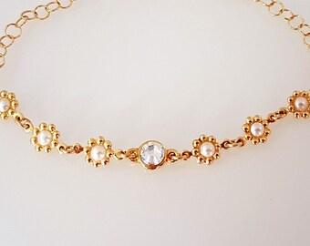 Dainty flower bracelet, Daisy bracelet, Tiny pearl bracelet, Bridesmaid gift bracelet, Minimal bracelet, Minimal jewelry gift