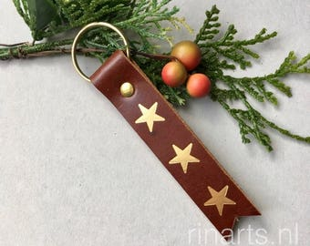 Leather keychain in brown bridle leather with hand embossed golden stars. Key fob with golden stars. Personalized keychain