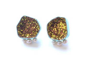 geode stud earrings with three pearls in sea foam blue with gold glitter, geometric sparkle earrings with white pearls