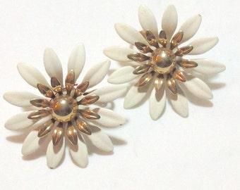 Cool Vintage White Flower Earrings