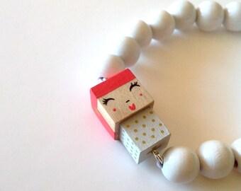"""Bracelet figurine cubique - peinte à la main - """"Poupée"""" blanche et rose framboise pois et étoiles dorées + perles bois laquées  blanches."""