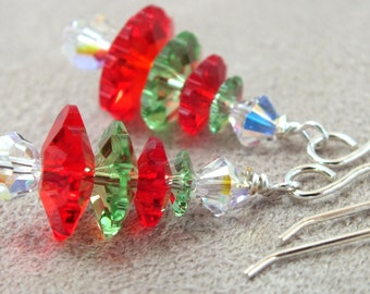 Boucles d'oreilles de sapin de Noël.  Boucles d'oreilles de vacances. Boucles d'oreilles de cristal de Swarovski.  En argent sterling. Boucles d'oreilles de vacances rouge et vert.  Boucles d'oreilles de Noël.