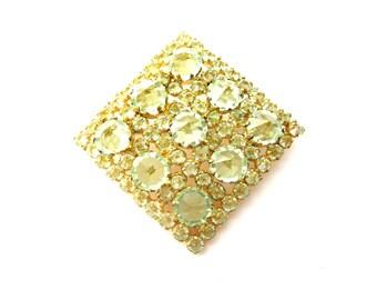 Schillernde Jahrgang Österreich unterzeichnet grün facettiertes Glas und Strass & Gold-Ton geformte Metall-Diamant-Brosche