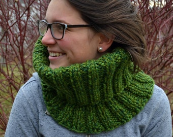 Knit Chunky Ribbed Cowl Infinity Scarf SPEARMINT variegated green neckwarmer, wool blend (2433)