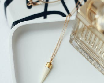 Black or white pendant necklace