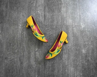 1960s embroidered shoes . vintage 60s heels . size 7.5