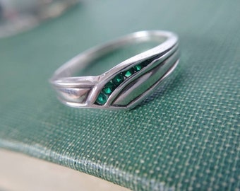 Sterling Silver Green Stone 90s Ring Size 10.5