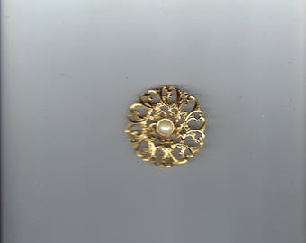 brooch with small faux pearl in the middle 1970's