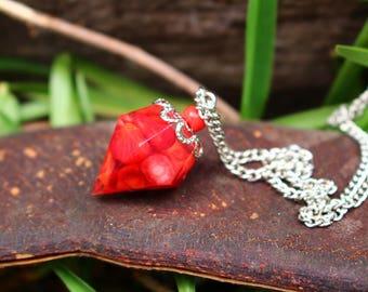 Collier forme diamant résine pierre de corail rouge