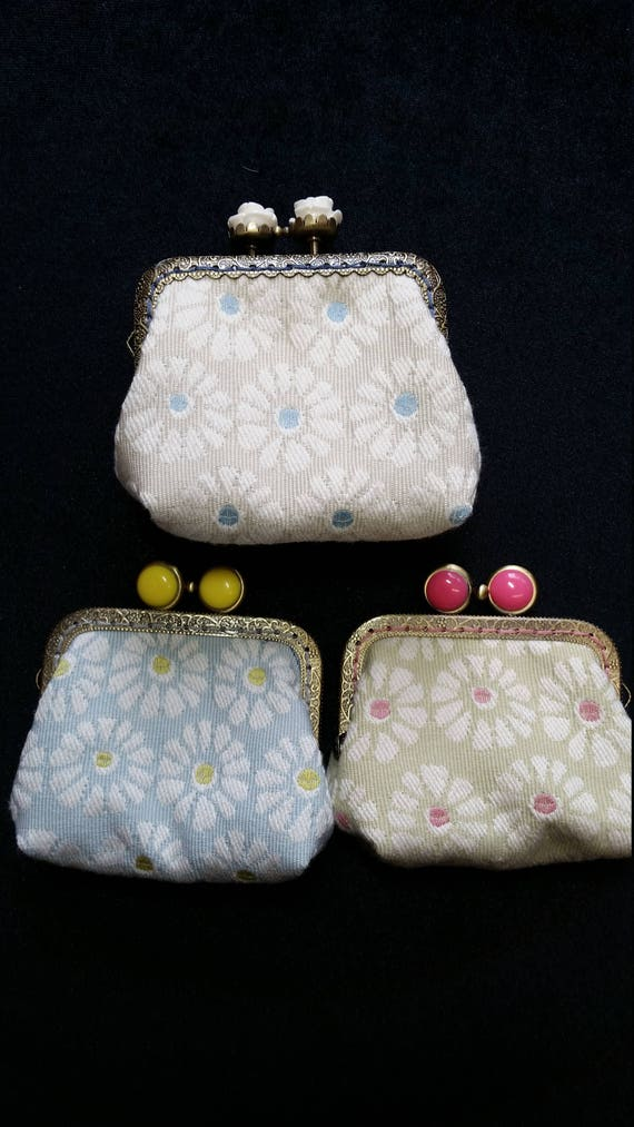 CP. 137A.  Small white daisy design coin purse