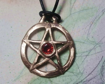 Unisex Wicca/gothic pentagram pendant in goldcolour or silvercolour bronze or in copper with 1 Cubic Zirconia on a black  leather band