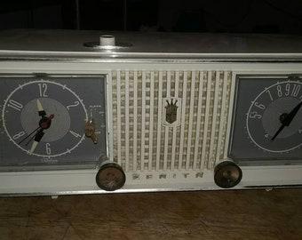 Vintage Zenith bakelite am, clock tube radio.( restored )