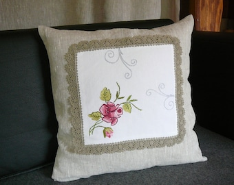 Decorative pillow with knitted details in vintage.