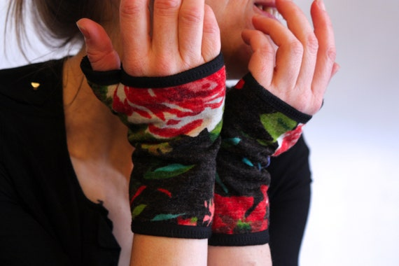 Glove/cuff with old woolen flowers. lined cotton jersey. Gauntlet with flowers